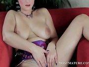 Mature seductive babe rubs her smashing pussy